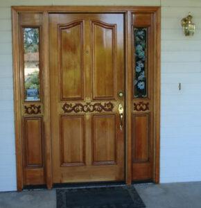 Входна врата от дърво масив