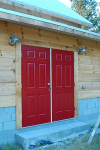 Червена външна входна врата на къща - двукрила