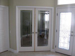 бяла стъклена портална врата
